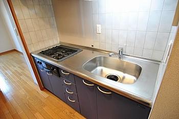グリル付3口システムキッチンは独立タイプ