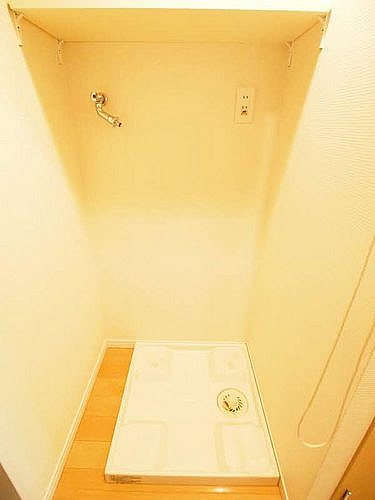 洗濯機置場は玄関横の室内にあります