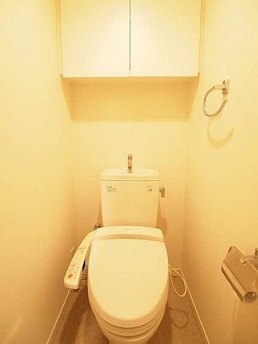 上部に収納棚のあるトイレ