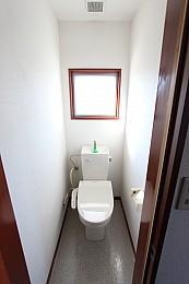 シャワートイレ完備に小窓もあるトイレ