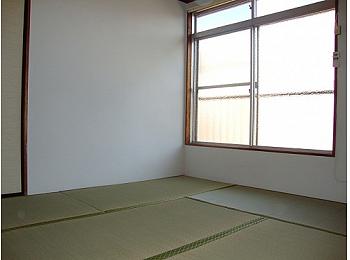 和室8帖 窓も大きく解放感のあるお部屋です♪