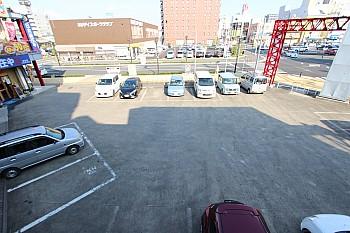共同駐車場16台分 隣はスポーツジムあります