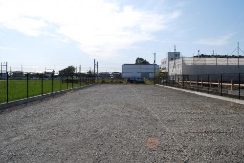 フェンス、外灯などは撤去予定でございます。