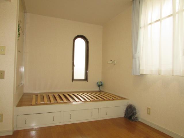 小上がりベットでお部屋を広く使えます。