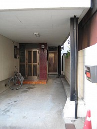 八鍬貸家(入口は右奥の扉)