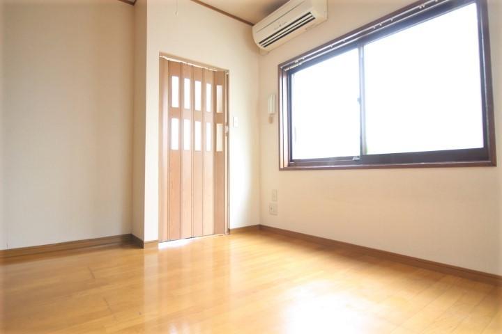 窓からの光でお部屋を明るく照らします♪