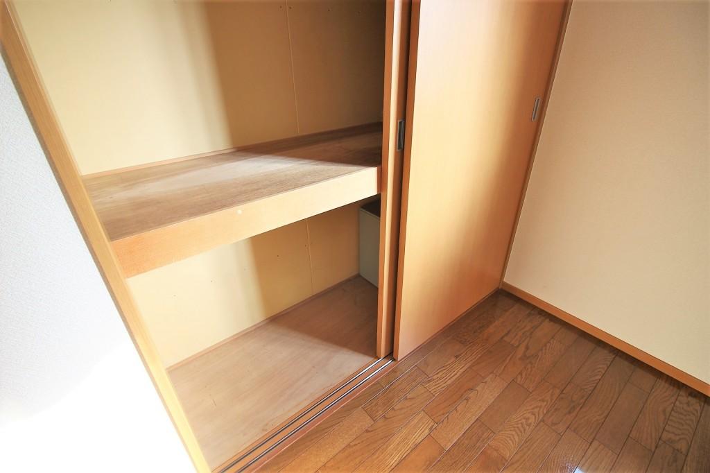 高さと奥行のある大きな収納付きでお部屋を有効的に使えます