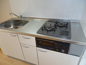 収納もたっぷりあり、調理スペースも広い利便性の良いキッチン♪