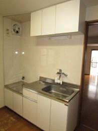 キッチン 上段にも収納があり利便性良好