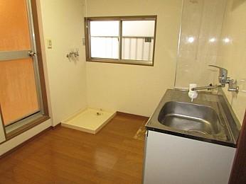 窓の付いたゆとりあるキッチンスペース