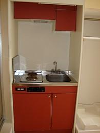 キッチン 収納もたっぷりある赤がお洒落なキッチンスペース