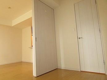 洋室4.1帖 LDK部分戸の扉を開けるとより開放的に使えます♪