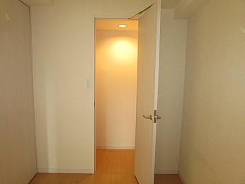 洋室4.1帖 扉付きの大きめの収納スペース完備でたっぷり収納可能です♪