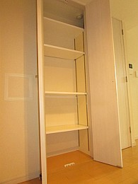 棚が付いており本や細かいものの収納に便利です♪