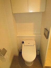 トイレ バストイレ別 温水便座 収納もあり利便性良好♪
