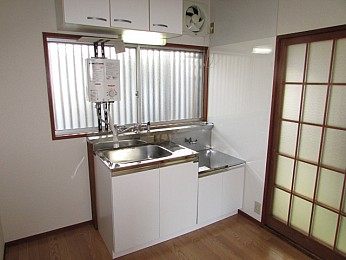 キッチンスペースが机を置いたりと広く有効的に使えます♪
