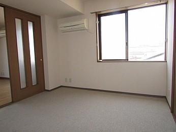 洋室6帖 高さと奥行のある大きな収納完備でお部屋を有効的に使えます♪