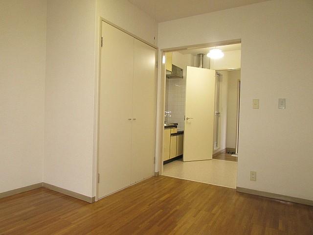 洋室7帖 高さと奥行のある収納完備でお部屋のアレンジ自由自在♪