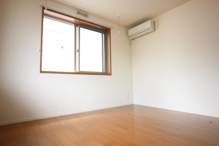 洋室7.5帖 太陽の光がお部屋を明るく照らします♪