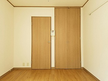 洋室6.5帖 高さと奥行のある大きな収納完備♪