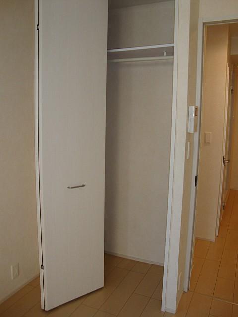高さと奥行のある大きな収納完備でお部屋を有効的に使えます♪