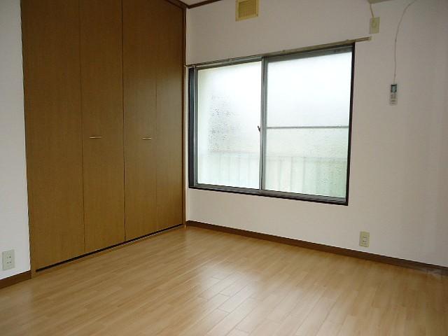 6帖の洋室には大きな収納完備