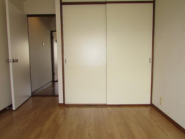 洋室 高さと奥行きのある大きな収納完備♪