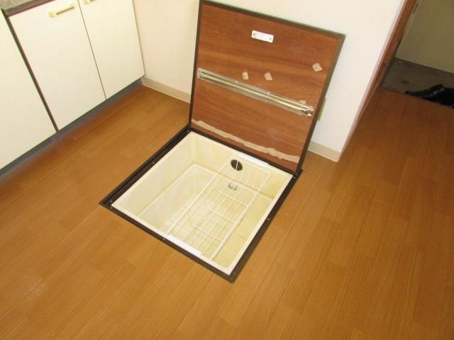 キッチン前・床下収納