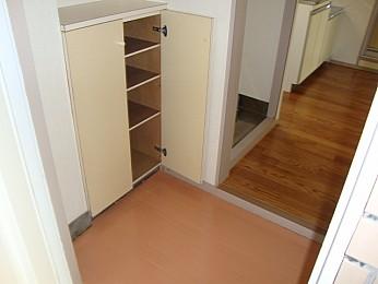 たっぷりと収納できる大きめのシューズボックス付きの玄関♪