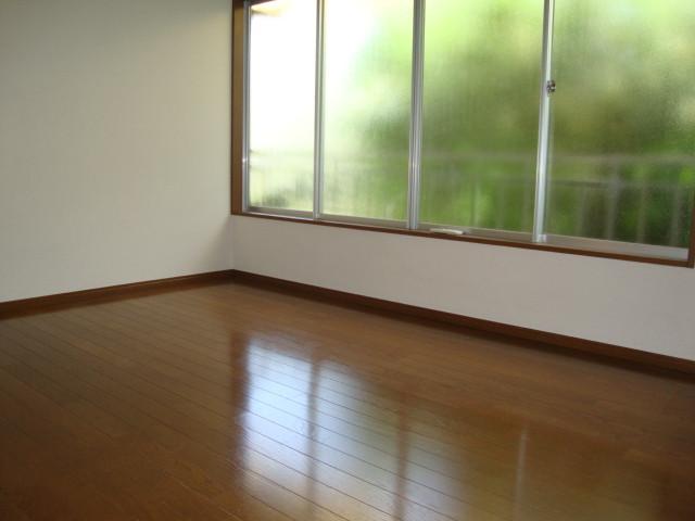 2階角部屋、二面採光で明るい室内♪