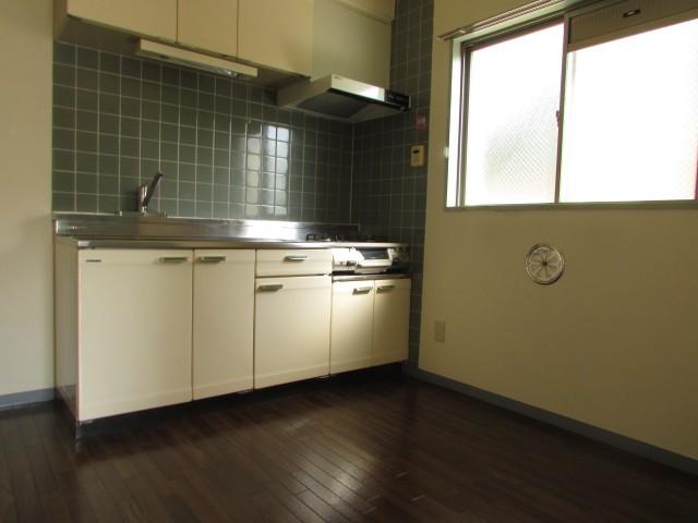 キッチン横には窓があり換気良好♪