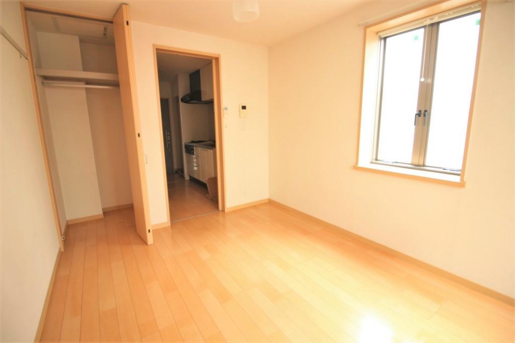 洋室5.83帖 大きな収納完備でお部屋を有効的に使えます♪