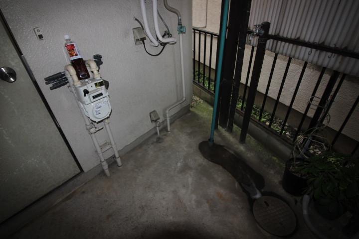 玄関脇、洗濯機置場