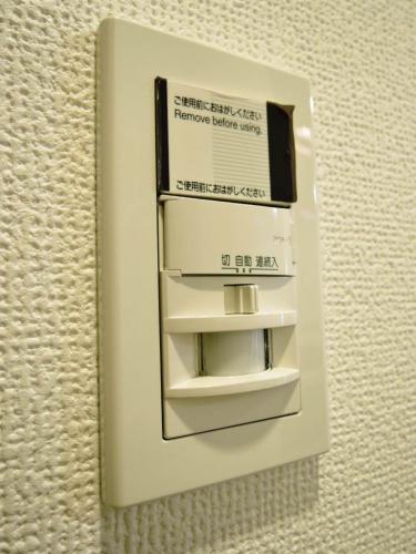 センサーがあり玄関に来ると自動で照明が点灯します