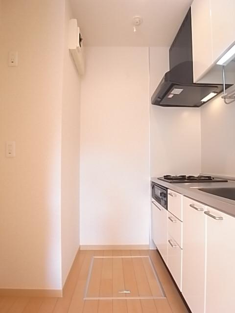 キッチンの背面には冷蔵庫置き場
