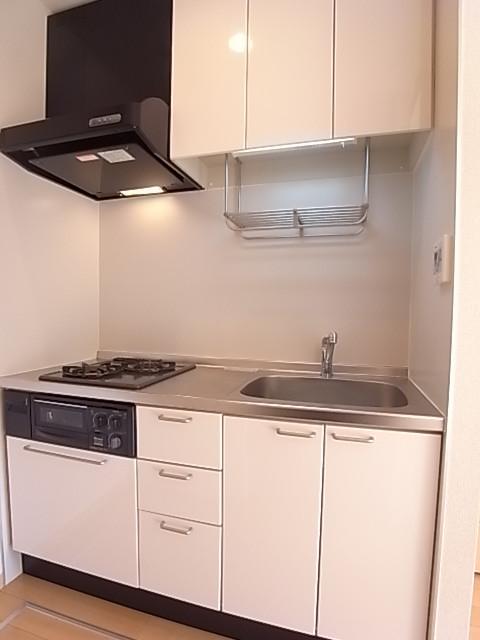 収納豊富なシステムキッチン!色が白くて明るく綺麗!