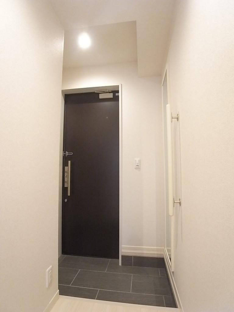 玄関。手すりや姿見もあって便利!