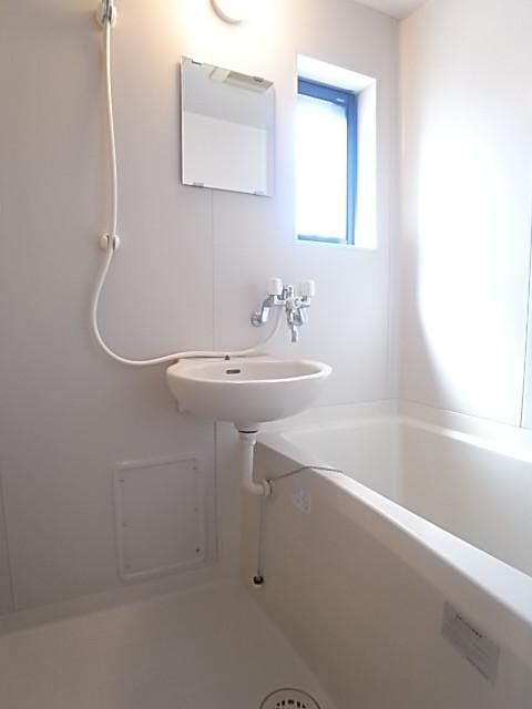 窓付きの浴室。明るく清潔感があり、湿気もこもらない!(写真は203号室のもの)