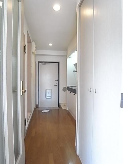 お部屋から玄関を見るとこんな感じ。(写真は203号室のもの)