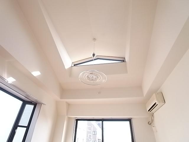 洋室は天井が高く、上部に窓があります!(写真は反転タイプの301号室のもの)