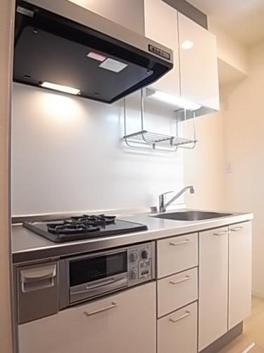 収納スペースの多いキッチン。地震にも安心の耐震ラッチ付き!
