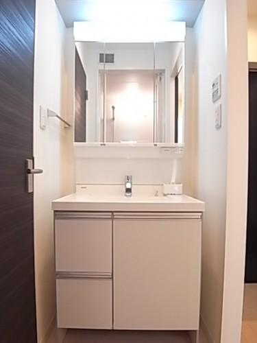 3面鏡になったシャワー付き独立洗面台!