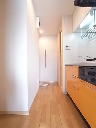 キッチン・廊下。玄関から直接見えないキッチンが嬉しい!