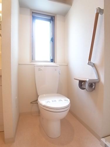 窓の付いたトイレ。明るく風通しが良い。