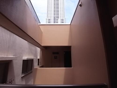 北側は同マンションの共用廊下。