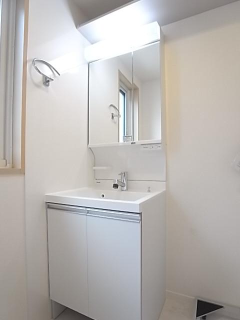 シャワー付き独立洗面台の洗面脱衣所。鏡は2面になっています!