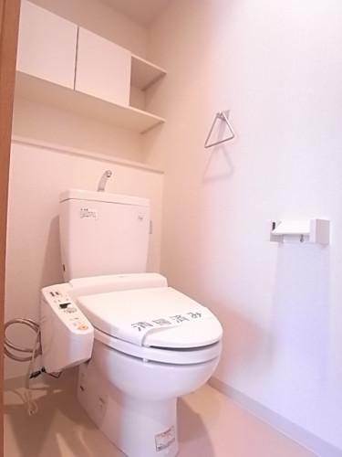 温水洗浄便座。上部の棚も便利にお使いいただけます!