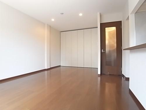 リビングと居室を分けるのは可動式収納。