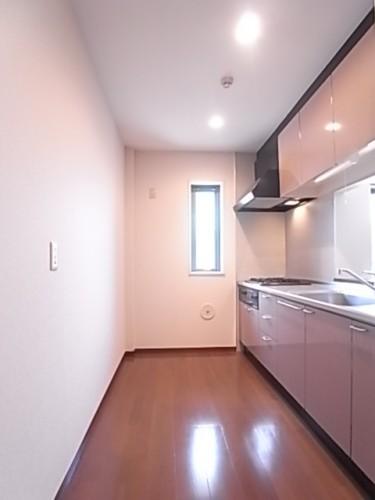 窓付きのキッチン。大型の食器棚や冷蔵庫も置けます!幅343×奥132×高240
