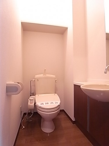 手洗い場の付いた広いトイレ!上部棚にはペーパー類のストックもできます!幅112×奥147×高240